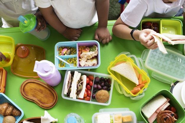 Ngày càng nhiều học sinh tiểu học và trung học ở Anh bị đói khi đến trường. Do đó, giáo viên thường lấy tiền túi mua thức ăn mang đi cho học trò (Ảnh minh họa: Freepik).