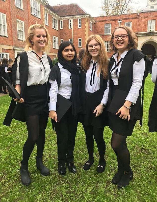 Malala Yousafzai cùng những người bạn tại trường đại học.