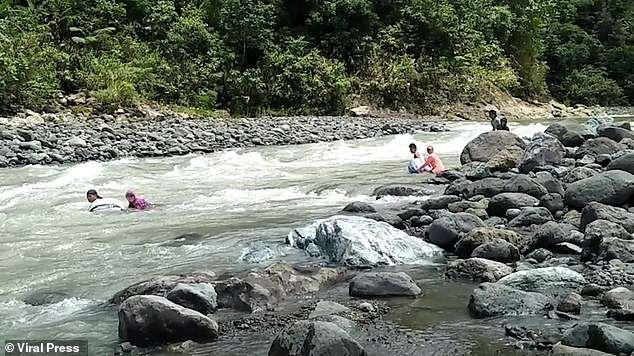 Các giáo viên tại Libacao, vùng Aklan, Philippines mất tới 3 giờ mỗi ngày để vượt qua 14 khúc sông trên đường tới trường.
