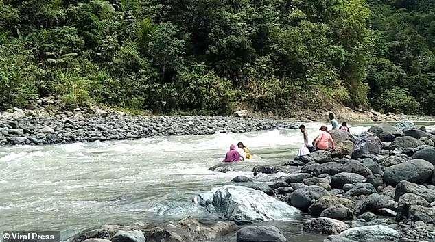 Philippines: Giáo viên bơi qua 14 khúc sông để mang con chữ đến học trò - 2