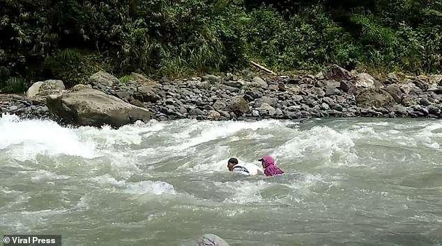 Philippines: Giáo viên bơi qua 14 khúc sông để mang con chữ đến học trò - 4