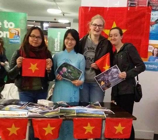 Ngọc Thảo (giữa) mặc áo dài đại diện sinh viên Việt Nam tại ĐH UEA chào đón các tân sinh viên.