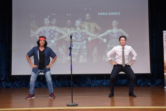 Ngài Phó đại sứ cùng Jayden Trịnh biểu diễn điệu Haka truyền thống.