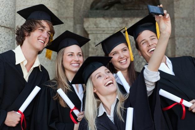 """Các sinh viên trong lễ tốt nghiệp với trang phục truyền thống, mũ """"sub fusc"""" và áo choàng."""