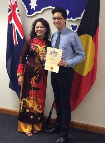Hùng cùng mẹ anh trong ngày được công nhận trở thành công dân Australia ở tuổi 25.