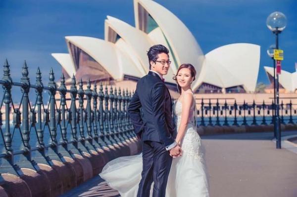 Nguyễn Việt Hùng đã lập gia đình cùng một nữ du học sinh Việt tốt nghiệp xuất sắc tại Úc. Cô gái xinh đẹp là chuyên viên tài chính cấp cao của tập đoàn tài chính lớn nhất tại Úc.
