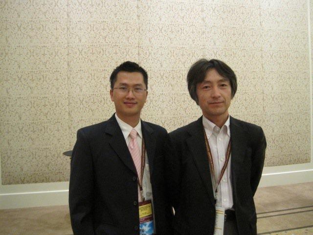 Tiến sĩ Ngô Anh Văn (trái).