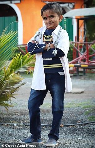 Cậu bé Ganesh Baraiya với ước mơ trở thành bác sĩ tí hon nhất thế giới.
