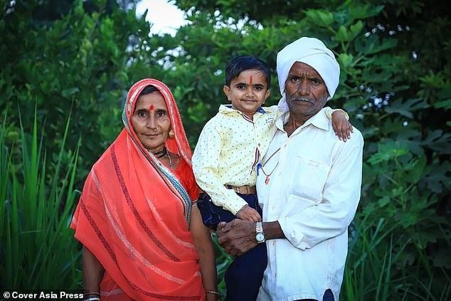 Ganesh Baraiya chụp ảnh cùng cha mẹ.