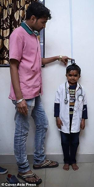 Cậu bé có chiều cao chỉ khoảng 95 cm do mắc chứng lùn.