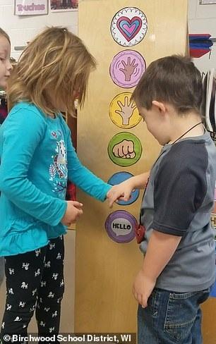 """Mỹ: Học sinh mẫu giáo bắt đầu ngày mới theo cách dễ thương """"nhất quả đất"""" - 2"""