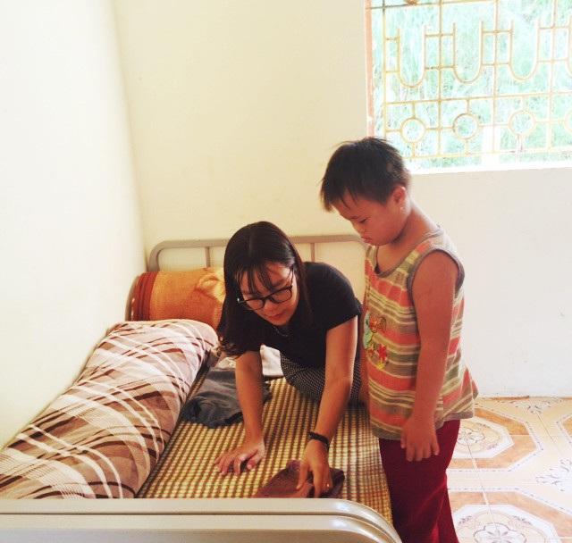 Cô giáo Dương Liên tận tình hướng dẫn học trò những kỹ năng cơ bản trong sinh hoạt thường ngày.