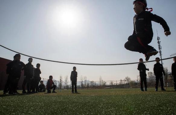 """Vào đầu khóa học, một số cậu bé nói rất nhỏ và khóc tới nửa giờ, giáo viên Guo Suiyun tại lớp học cho biết. """"Khi các em khóc, chúng tôi sẽ không dỗ dành. Chúng tôi sẽ khuyến khích em mạnh mẽ"""", Guo nói."""