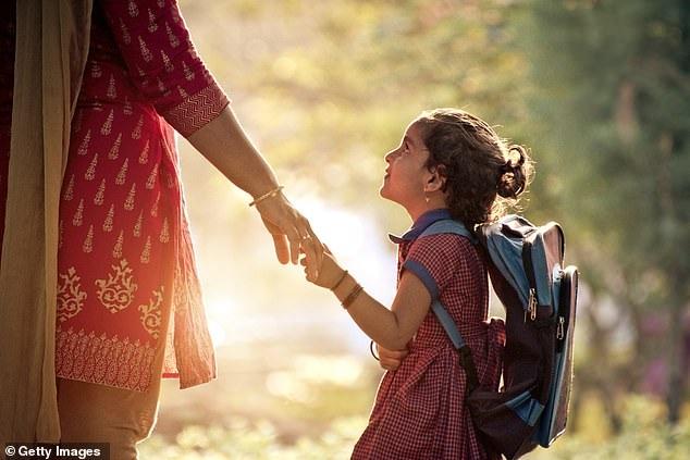 Lo ngại vấn đề cột sống học sinh, Ấn Độ quy định giảm trọng lượng cặp sách - Ảnh 1.