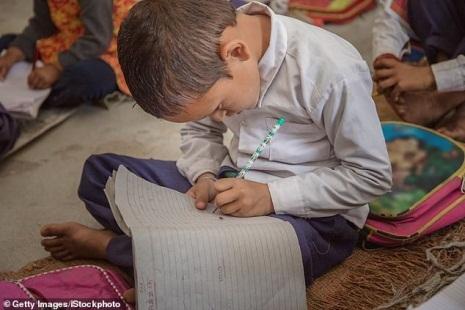 Lo ngại vấn đề cột sống học sinh, Ấn Độ quy định giảm trọng lượng cặp sách - Ảnh 2.