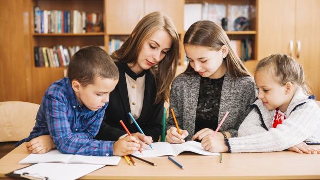 Trẻ em Nga được học nhiều ngoại ngữ từ bé cùng lúc từ bé (Ảnh minh họa: Freepik).