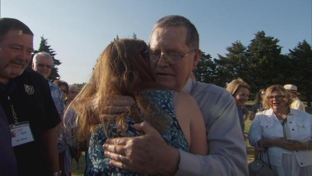 Mỹ: 300 cựu học sinh cùng hòa ca tri ân thầy giáo - Ảnh 1.