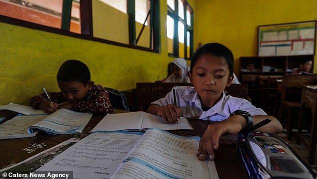 Adul là một trong những học sinh đứng đầu lớp.