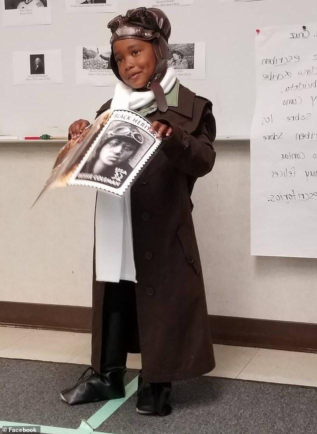 Ella-Lorraine mặc trang phục của nữ phi công người Mỹ gốc Phi đầu tiên Bessie Collman.