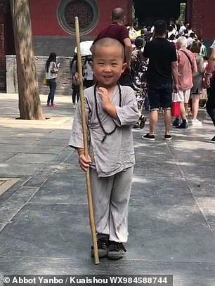 """Tiểu hòa thượng 3 tuổi gây """"bão"""" mạng xã hội tại Trung Quốc - Ảnh 1."""