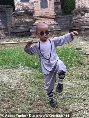"""Tiểu hòa thượng 3 tuổi gây """"bão"""" mạng xã hội tại Trung Quốc - Ảnh 2."""