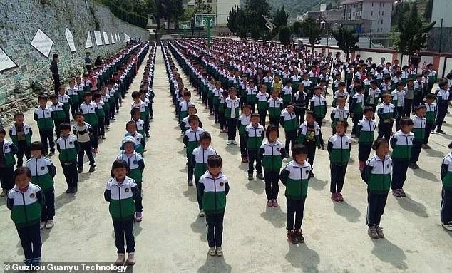 Trung Quốc: Đồng phục thời 4.0 khiến học sinh muốn trốn học khóc thét - Ảnh 1.