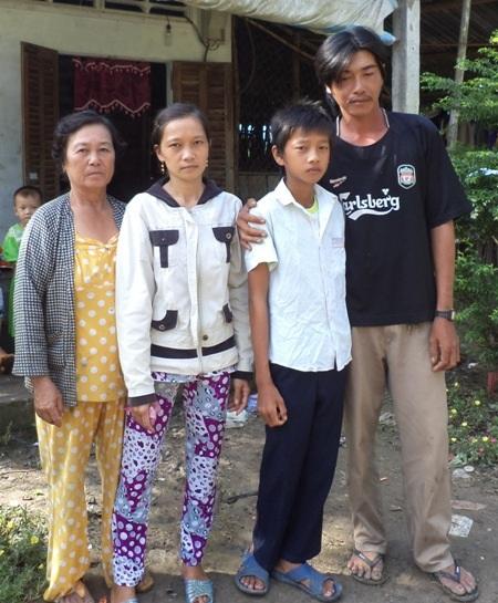 Cháu Đoàn cùng cha mẹ và bà ngoại.