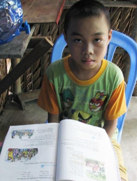 Cháu Ca học lớp 3. Căn nhà nhỏ đến nỗi bàn thờ tổ tiên cũng là bàn học của cháu Ca.
