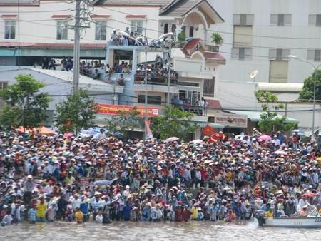 Hàng ngàn người đến xem đua ghe Ngo mừng lễ hội Oc- Om- Bok.