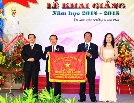 Trường ĐH Bạc Liêu nhận cờ thi đua của UBND tỉnh Bạc Liêu trao tặng. (Ảnh: ĐH Bạc Liêu)