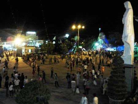 Dòng người đổ về khu trung tâm, đến Nhà thờ tận hưởng đêm Giáng sinh