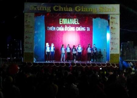 Một nhà thờ khác ở Bạc Liêu tổ chức biểu diễn văn nghệ chờ đến buổi lễ giáng sinh. (Ảnh: Huỳnh Hải)