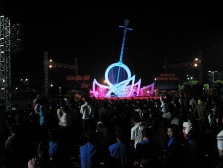Người dân Bạc Liêu đổ về Quảng trường xem văn nghệ chào năm mới. (Ảnh: Huỳnh Hải)