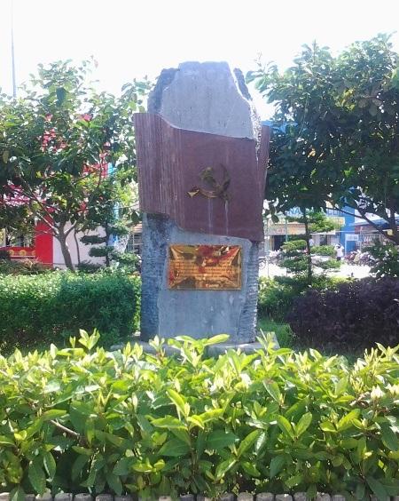 Bia tưởng niệm nơi treo lá cờ Đảng đầu tiên của tỉnh Bạc Liêu.