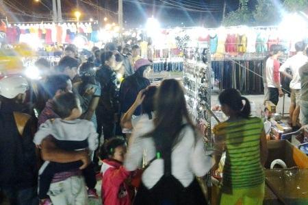Chen chúc đi chợ đêm Giá Rai ngày cuối năm.