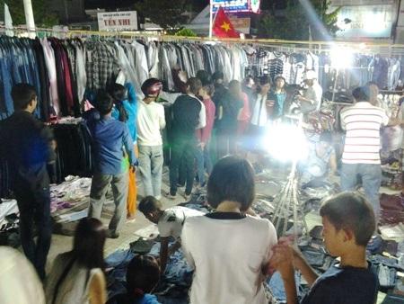 Các gian hàng bán thời trang quần áo, đồ trang sức rất hút khách.