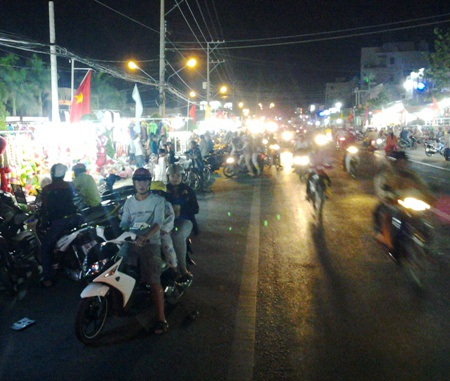 Khu chợ đêm Giá Rai nằm ngay cạnh Quốc lộ 1A tại thị trấn Giá Rai, huyện Giá Rai, tỉnh Bạc Liêu.