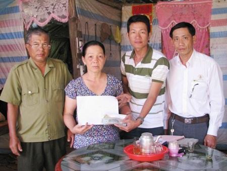 PV Dân trí trao tiền bạn đọc đến gia đình em Kiều Diễm.