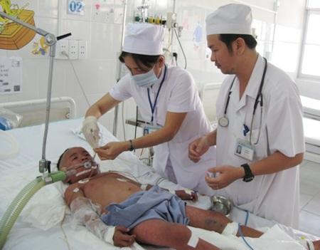 Y, bác sĩ BVĐK Sóc Trăng đang chăm sóc bệnh nhân.
