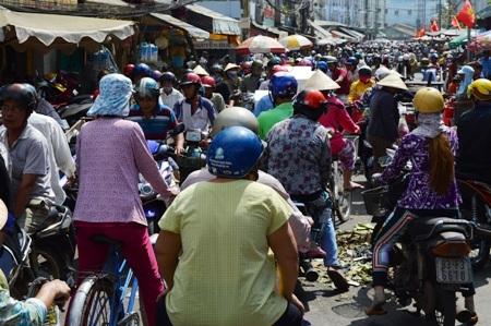 Đông nghẹt người đổ về chợ trung tâm Sóc Trăng ngày cuối năm.