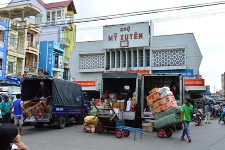 Chợ huyện tấp nập hàng hóa.