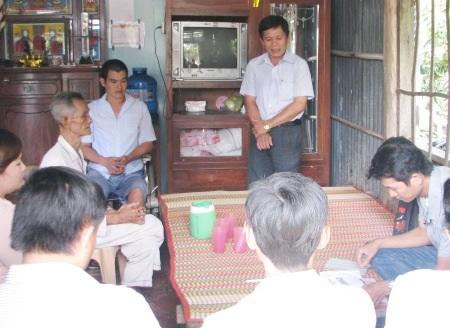 Đại diện địa phương kiểm đếm lại số tiền bạn đọc ủng hộ cho gia đình anh Sang.