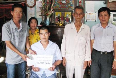 PV Dân trí trao tiền bạn đọc cho gia đình anh Sang.