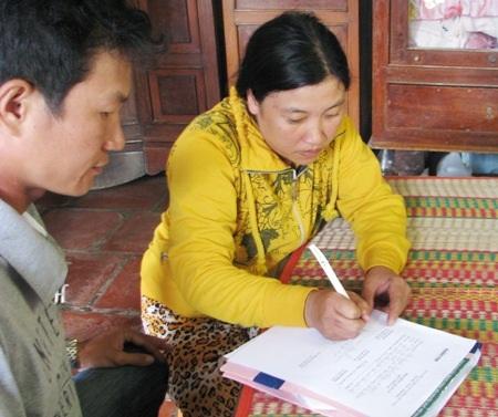 Chị Nguyễn Thanh Hường thay mặt gia đình ký nhận số tiền bạn đọc hỗ trợ.