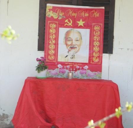 Cơm no áo ấm nhờ ơn Đảng / Độc lập, tự do nhớ Bác Hồ.