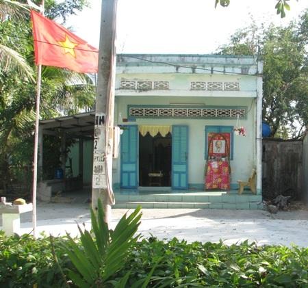 Cùng với treo cờ nước, người dân còn lập một bàn thờ Bác Hồ ngay trước cửa nhà để đón Tết.
