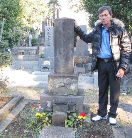 Tác giả trước mộ cụ Trần Đông Phong.