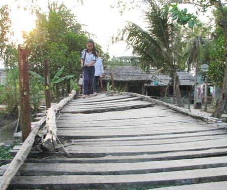 Cây cầu là nỗi ám ảnh của các em học sinh mỗi lần đến trường.