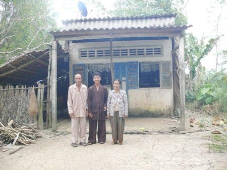 Hiếu và cha mẹ trước căn nhà nhỏ cũ kỹ ở ấp Rạch Cui, xã Khánh Bình, huyện Trần Văn Thời, Cà Mau.