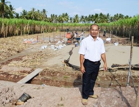 Thầy Trương Văn Nhỏ trên phần đất mà thầy hiến tặng xây trường.